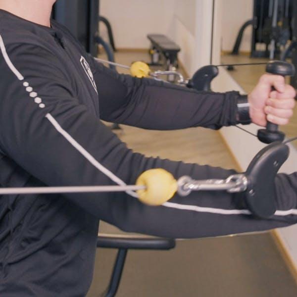 Träningstips – Så gör tränar du flyes i kabelmaskinen